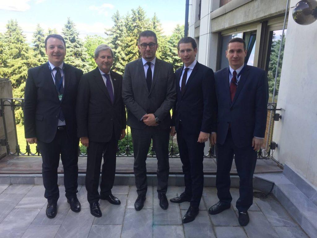 Средба помеѓу Мицкоски и Хан: Потребна е постојана комуникација помеѓу ВМРО-ДПМНЕ и Европската комисија