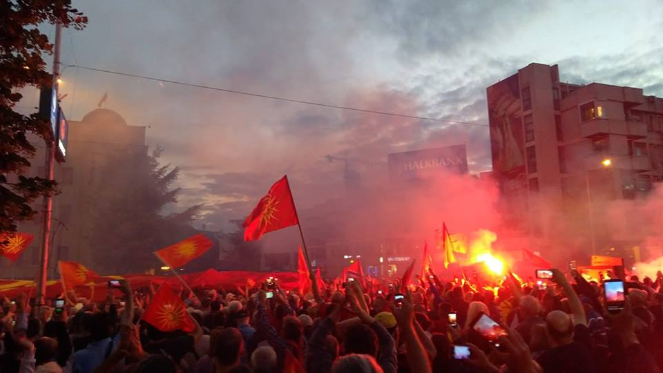 (галерија и видео) ЕЧИ ПАТРИОТСКИОТ ГЛАС НА ИЛЈАДНИЦИ МЛАДИ ПРЕД СОБРАНИЕТО: Никогаш Северна, секогаш Македонија