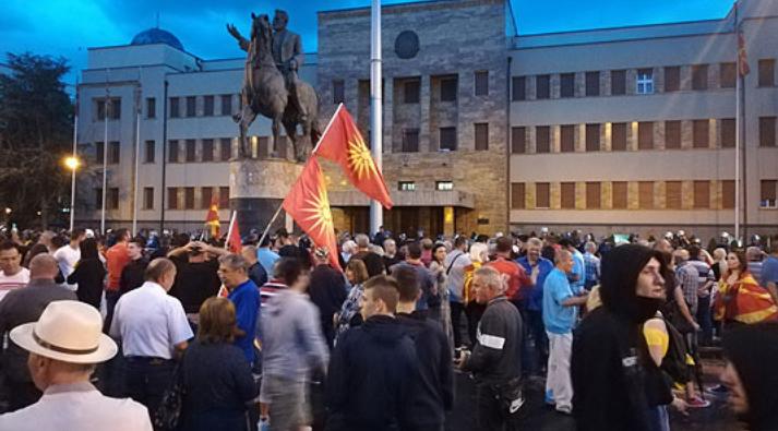 Протестите пред Собранието продолжија и вечерва
