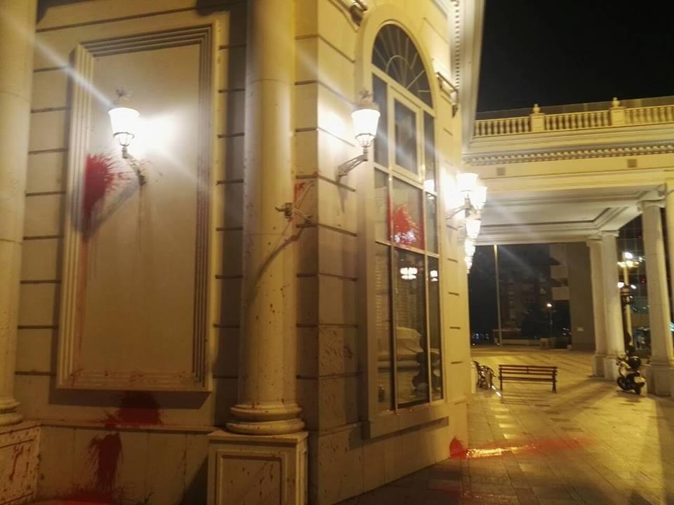 (видео и галерија) ВАНДАЛИЗАМ ВО ЦЕНТАРОТ НА СКОПЈЕ: Шарените револуционери на СДСМ удрија на седиштето на ВМРО-ДПМНЕ