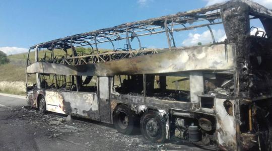 """Изгоре двокатен туристички автобус """"неоплан"""" на обиколница во Скопје"""