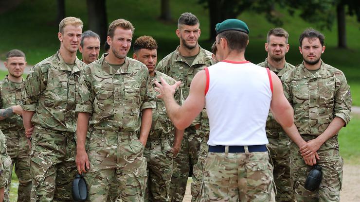Англиските фудбалери поминале обука за командоси