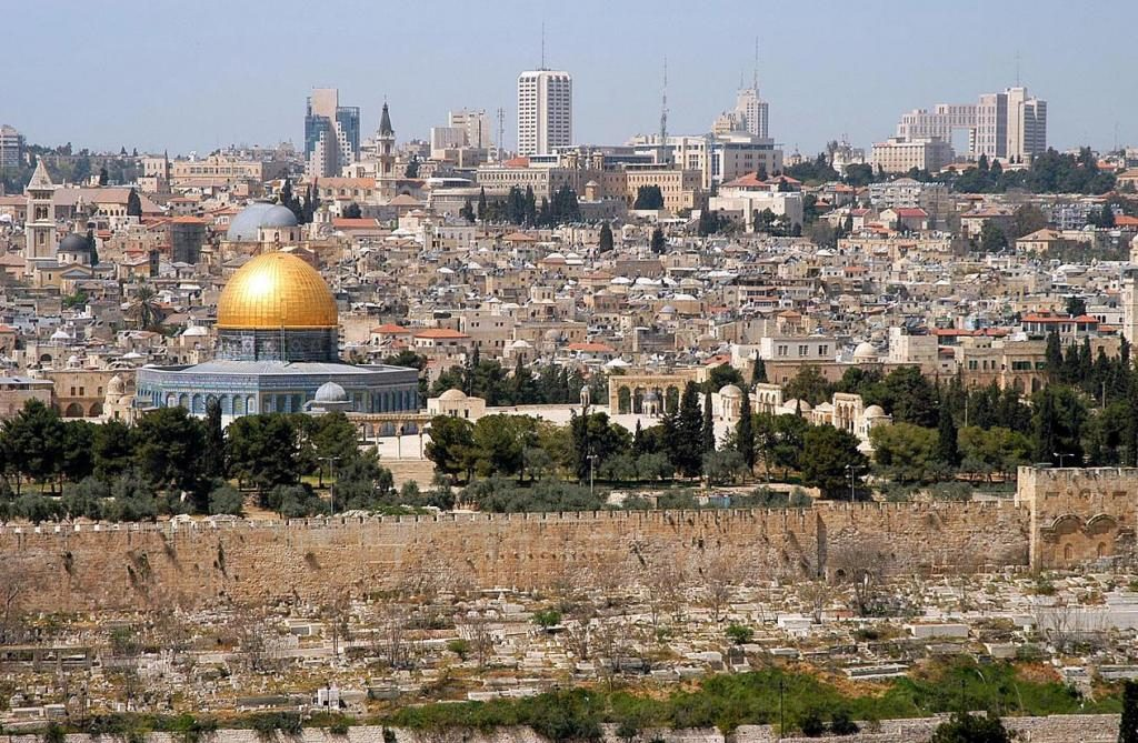 Израел: Уапсени три лица во судир меѓу полицијата и Палестинците пред Стариод град во Ерусалим