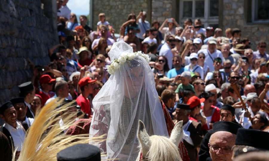 ВИКЕНДОВ ВО ГАЛИЧНИК: Со песна и три истрели под Бистра почнува Галичка свадба