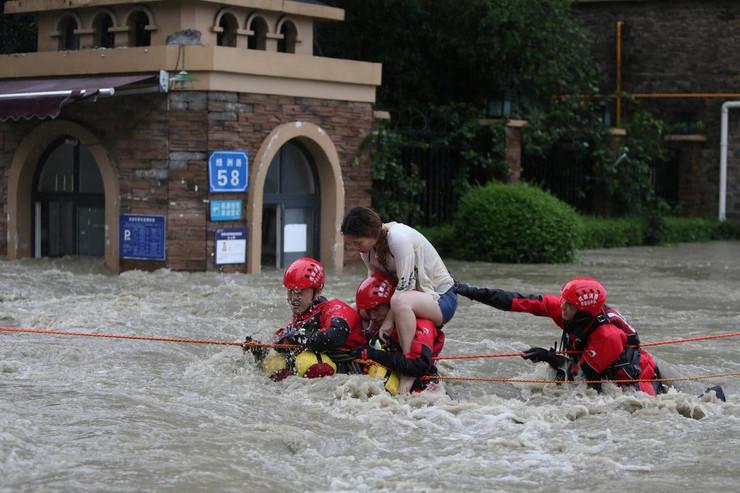 Катастрофални поплави во Кина, најмалку 15 жртви, урнати мостови