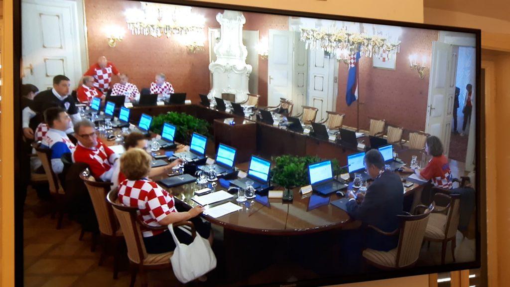 Еуфорија: Хрватските министри на седница во фудбалски дресови