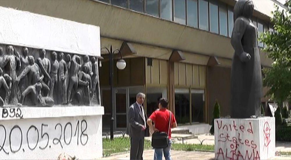 """Музејот ги покри трагите од """"шарена револуција"""" врз споменикот на револуцијата во Тетово"""