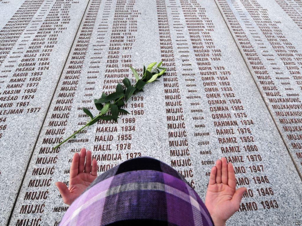 Во Поточари во БиХ: По 24 години погреб на 33 жртви од геноцидот во Сребреница