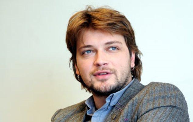(ОБНОВЕНО) Популарниот пејач Влатко Илиевски ноќеска пронајден мртов во својот автомобил во Скопје