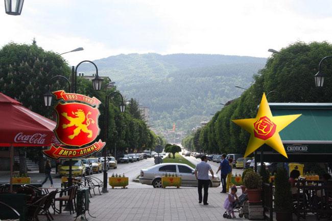 ВМРО-ДПМНЕ: Со трубачи и алкохол, наместо со работа, излегуваат пијани соопштенија на СДСМ