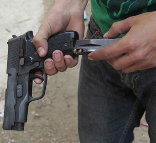 Арачиновец во семејниот двор бил повреден од заскитан куршум