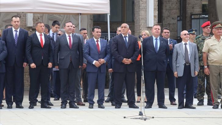 """(ВИДЕО) Заев и Спасовски во став """"мирно"""" додека Бојко Борисов му оддава почит на """"нашиот"""", бугарскиот, револуционер Гоце Делчев"""