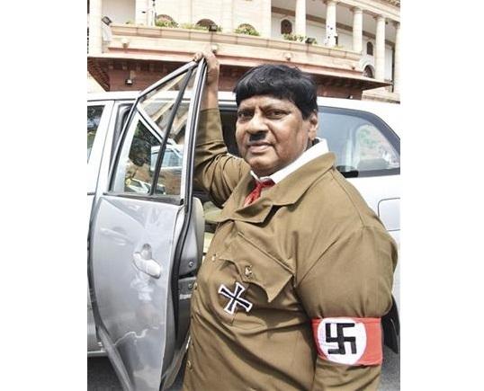 Индиски пратеник облечен како Хитлер влегол во Парламентот