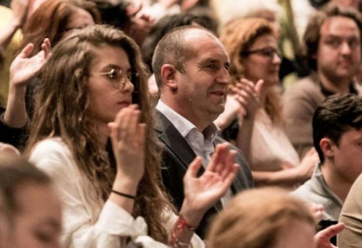 Уникатни снимки на ќерката на бугарскиот претседател Радев