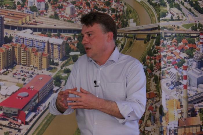 (видео) ПЕТРЕ ШИЛЕГОВ СНИМИ ФИЛМ ЗА КОМАРЦИТЕ: Авион лета над Скопје, прскање не се гледа, а ефектот ќе се почувствува