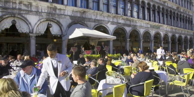 Изнервиран во Венеција: За две кафиња и две води платил 43 евра