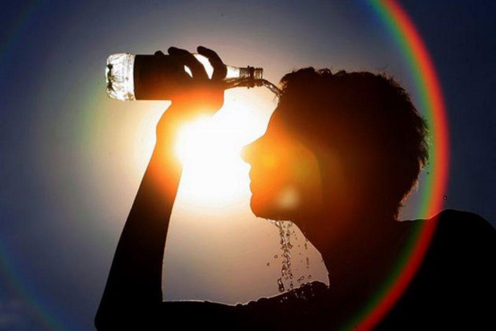Препораки за заштита од топлината: Многу течност, храна без шеќер…