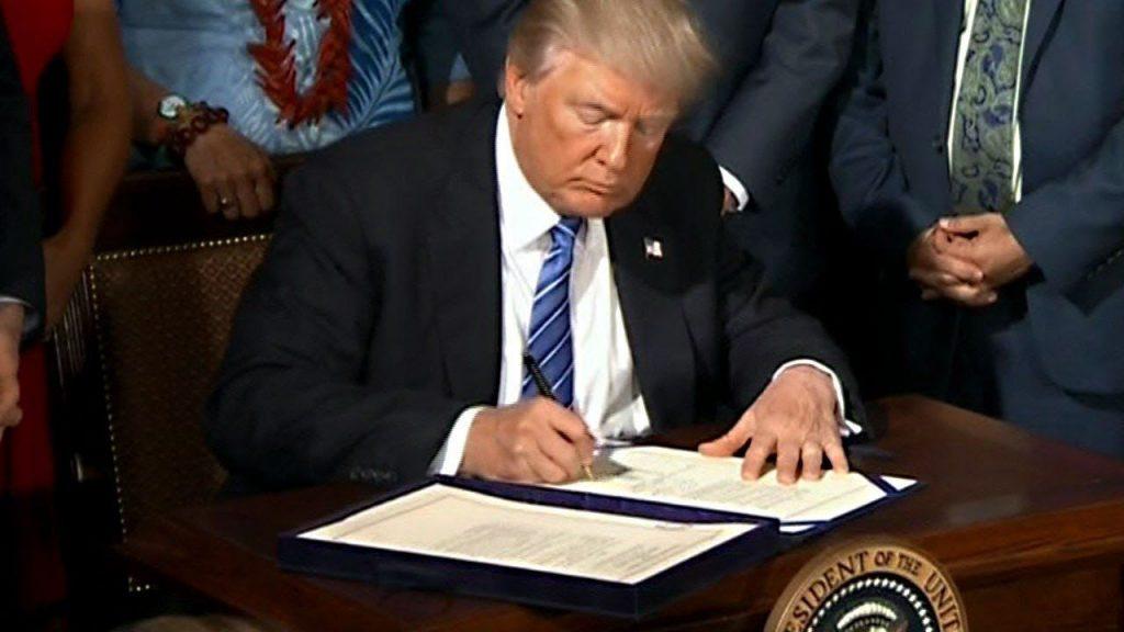 САД: Трамп потпиша уредби за помош на сите што ги загубија работните места поради Ковид-19