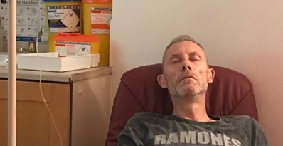 Се разболел од рак на белите дробови, па одлучил на сите да им ги покаже последиците од пушењето (ВИДЕО)