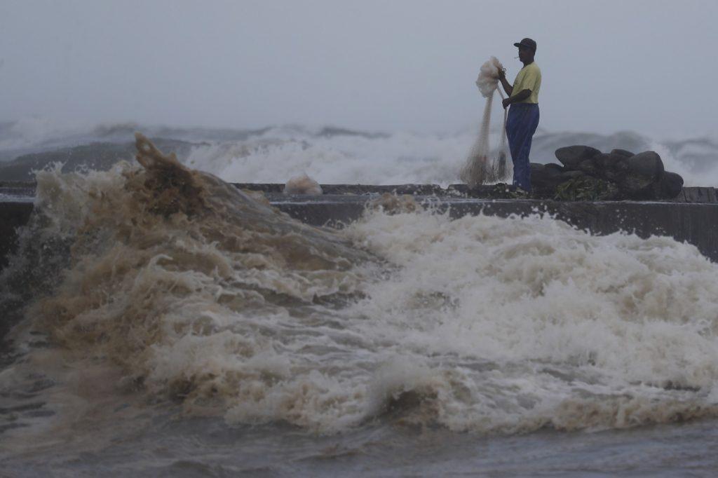 Филипини: Супертајфунот Мангхут удри со 205 км на час и загрози 5 милиони луѓе