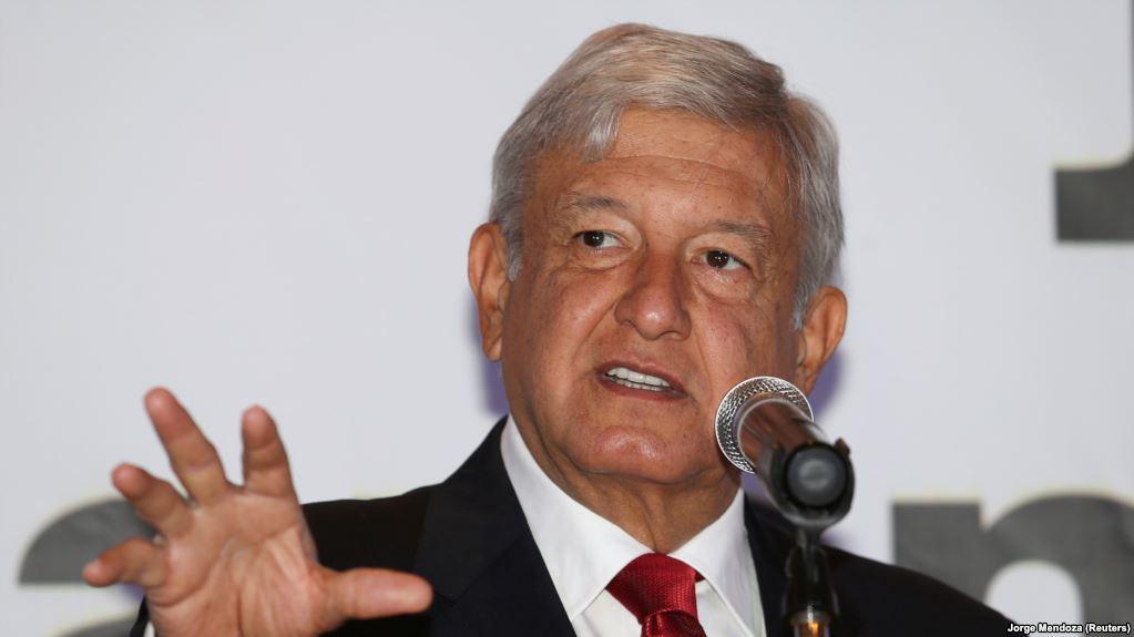Мексико: Претседателот Обрадор на прашање од новинарка и одговорил со бакнеж