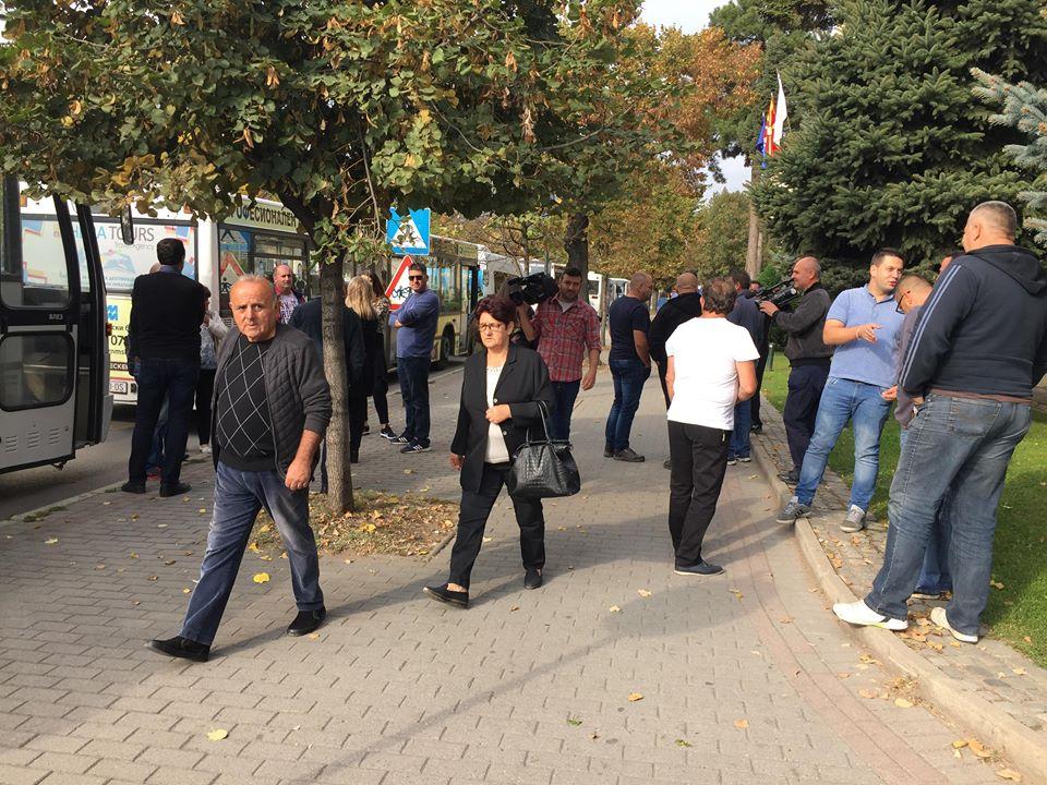 ПРОТЕСТ ВО БИТОЛА: Автобуси утрово се паркираа пред градоначалничката Петровска