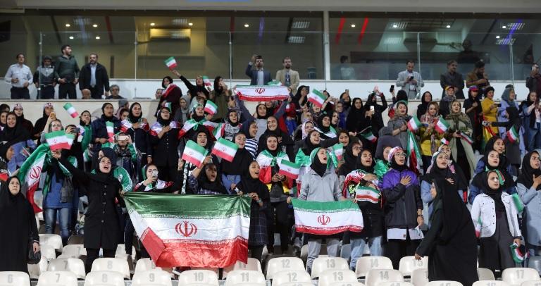 Ирански обичаи: Сопруга на Јансен беше принудена да ги напушти трибините