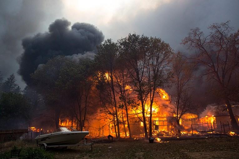 Пожар проголта цел град во Калифорнија (видео)