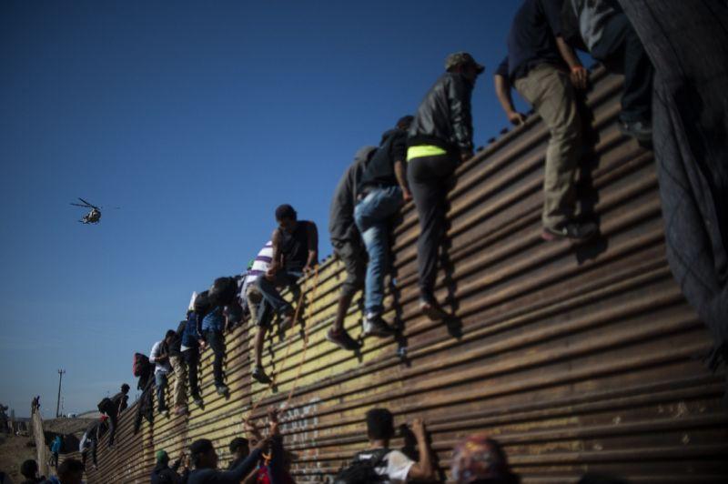 ЊУЈОРК ТАЈМС: Рациите за нелегалните имигранти почнуваат во десет градови истовремено!