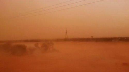 Невообичаена комбинација на ветрови, песочна бура, пожари и снег предизвика хаос во источна Австралија