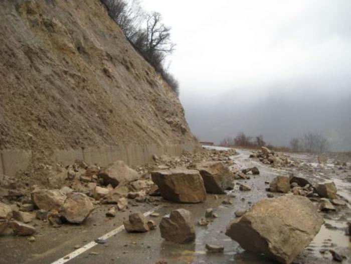 АМСМ: Внимавајте на одрони на патиштата низ клисурите