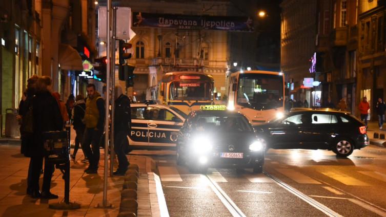 (видео) ВЕЧЕРВА ВО САРАЕВО: Мигранти нападнаа и повредија момче во трамвај во центарот на градот