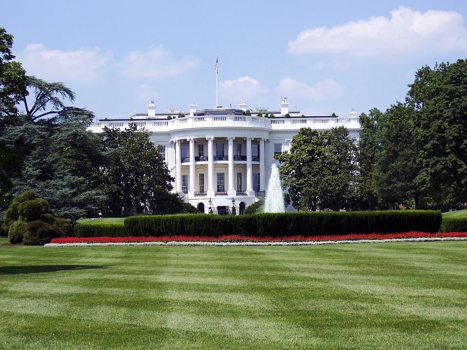 Белата куќа апелира да се носат маски и да се избегнуваат собири