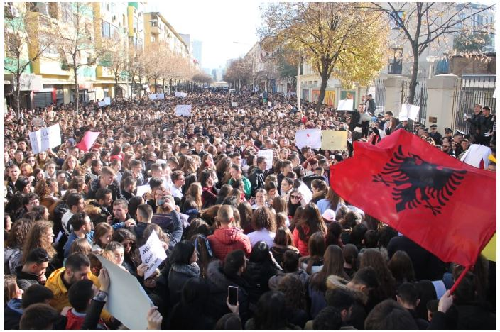 ПОЛИТИЧКА КРИЗА ВО АЛБАНИЈА: Опозиција се откажува од пратеничките мандати и тврди дека Парламентот е во рацете на криминалот