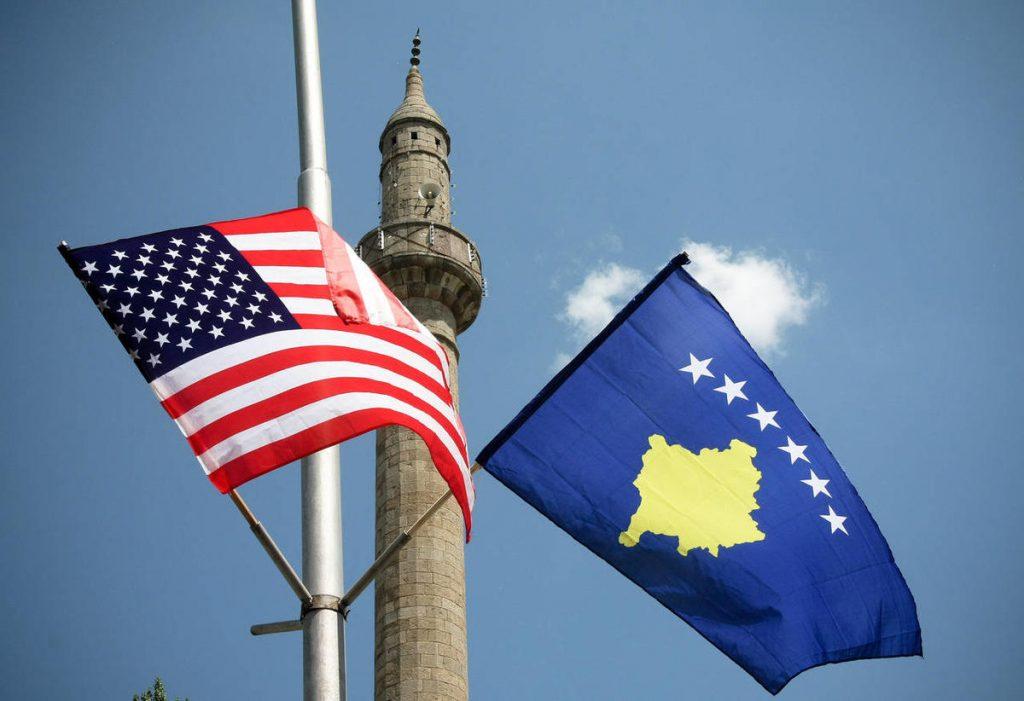 КОСОВО: Знамиња на САД се веат долж булеварите Џорџ Буш, Бил Клинтон и пред владата во Приштина