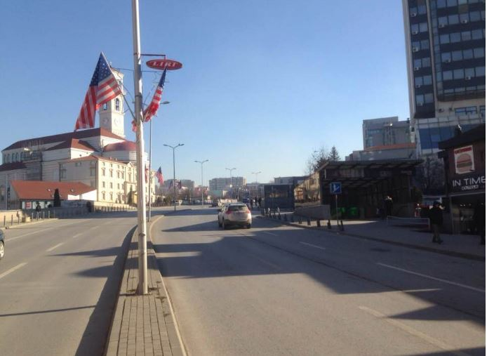 ПРИШТИНА: Булеварите Џорџ Буш и Бил Клинтон закитени со знамињата на земји кои ја поддржуваат косовската војска