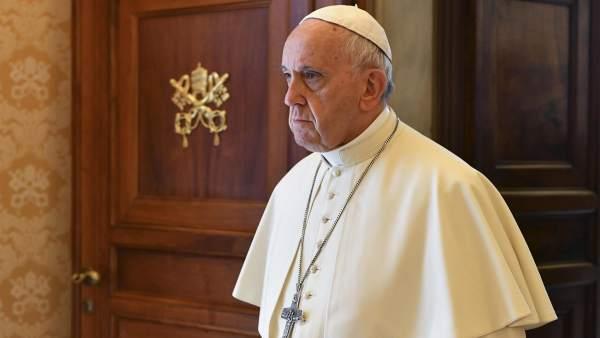 Папа Франциск за критичарите на црквата: Ми забиваат нож во грб