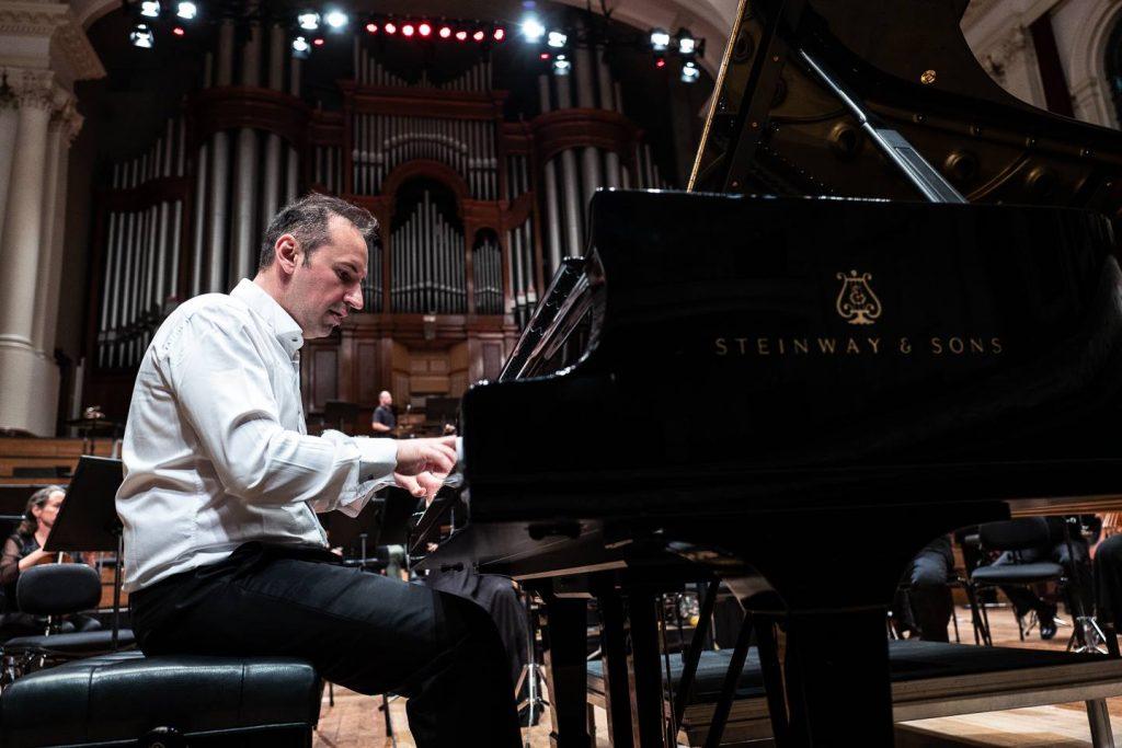 ВО СВЕТОТ САЛИТЕ НЕ СЕ КАКО ВО ШТИП: Македонскиот пијанист Симон Трпчески ја почна концертната 2020 година во САД