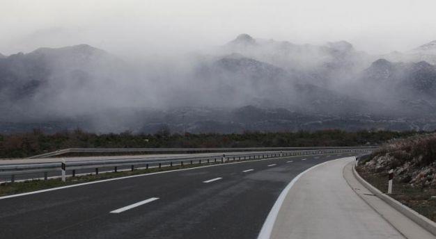 Сообраќајот на државните патишта се одвива по претежно влажни коловози, наместа е можна појава на голомразица