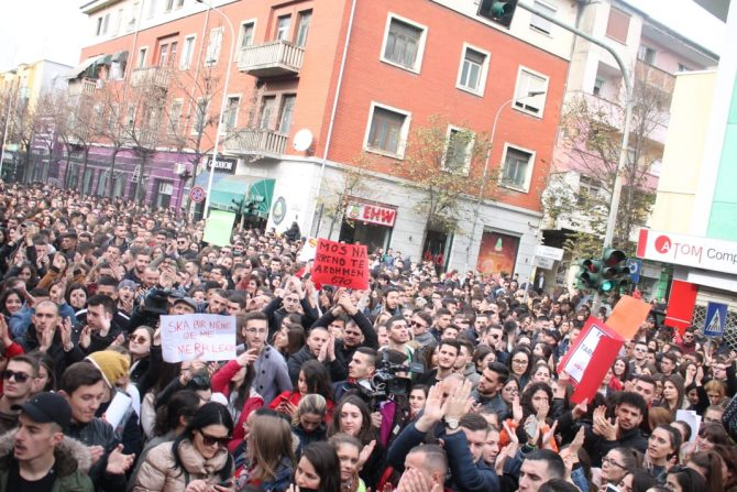 Албанија: Втор ден протестираат студентите во Тирана и бараат партиите да не се мешаат