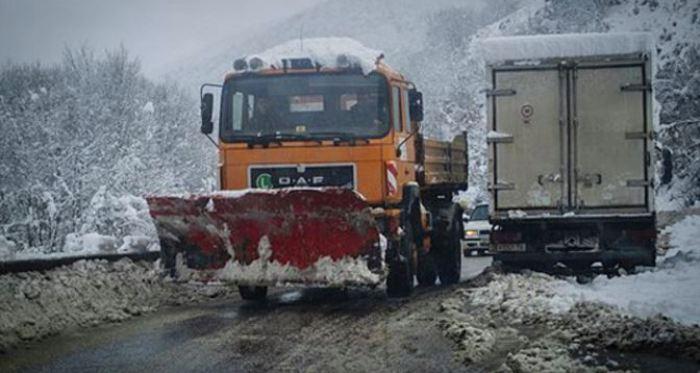 (обновено) СООБРАЌАЈ: Поради снегот забрана за камиони на повеќе патишта