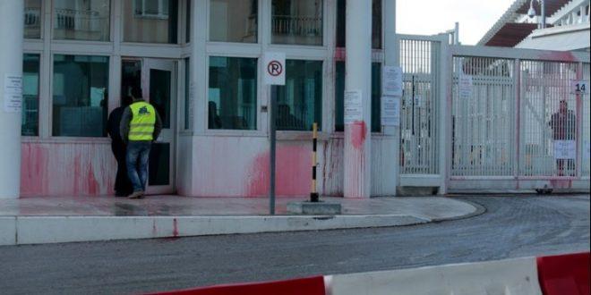 """(обновено) ГРЦИЈА: Притворени 8 лица поради """"шарена револуција"""" врз амбасадата на САД"""