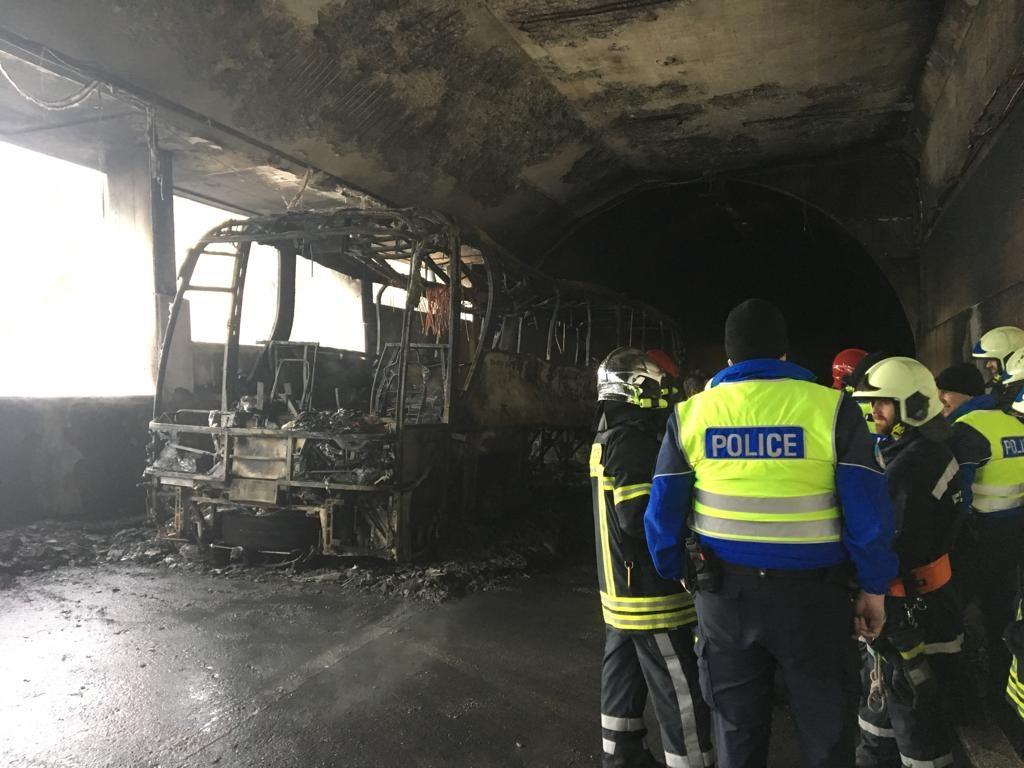 Во тунел во Швајцарија: Изгоре автобус полн со хрватски туристи, нема настрадани