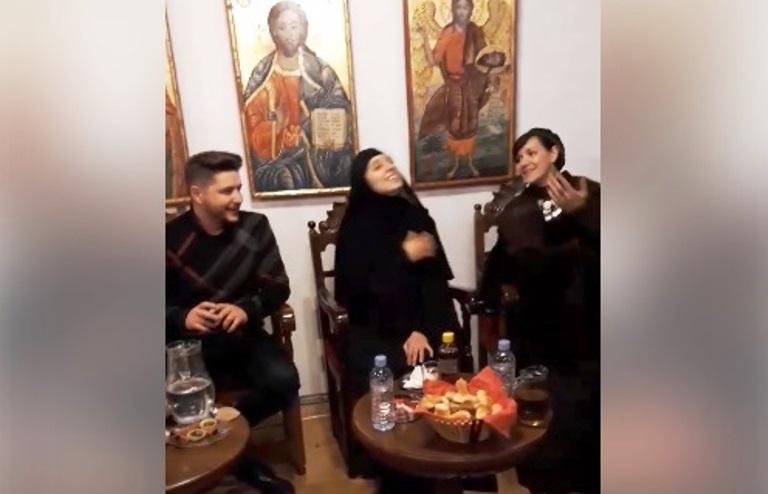 """(ВИДЕО) Песна и радост во Бигорскиот манастир: Сестринството и македонските пејачи заедно ја пеат """"Небо и земја"""""""