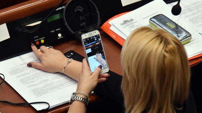 Пратеничка се фотографира за да докаже дека гласала за Северна (ФОТО)