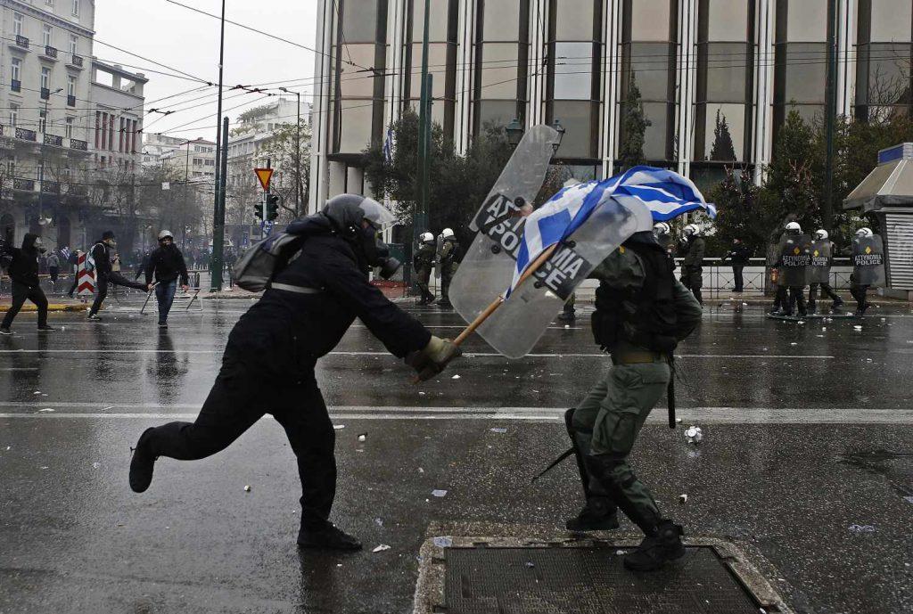 Заврши протестот во Атина: Фоторепортер, снимател и 25 полицајци меѓу 40-те повредени