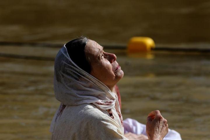 Илјадници христијани се крштеваа во реката Јордан, на местото каде Свети Јован го крстил Исус Христос (ФОТО)