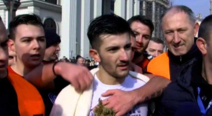 Кристијан Ниневски го фати светиот крст во Скопје