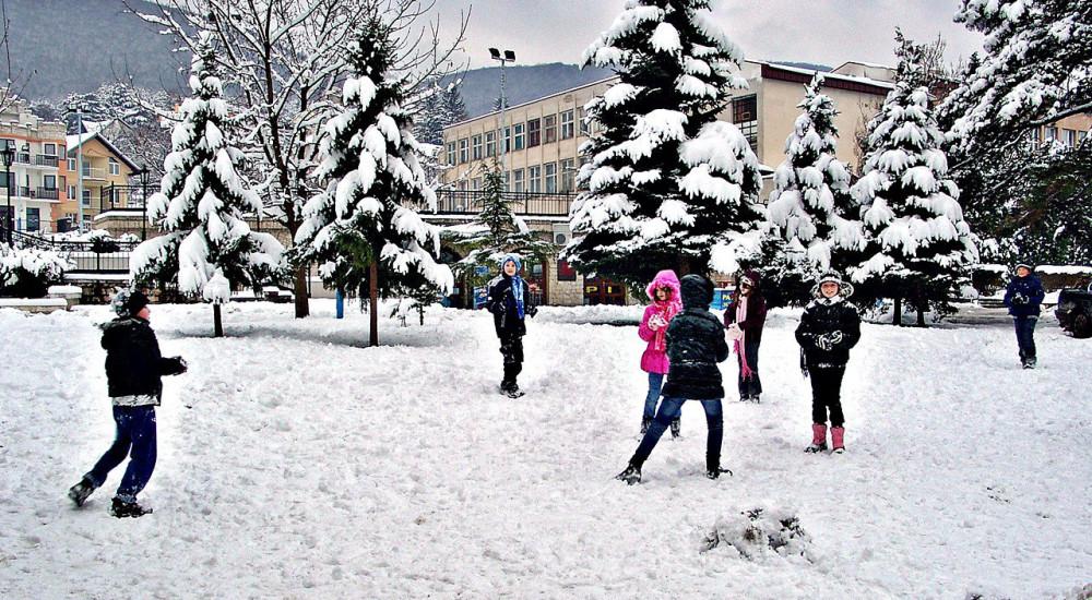 ДЕНЕСКА И УТРЕ НЕМА НАСТАВА: Загадениот воздух за два дена го продолжи зимскиот распуст