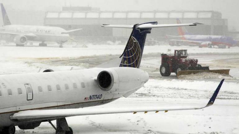 (галерија) ЗИМСКА БУРА ВО САД: Блокирани аеродроми и откажани 1.550 летови, како и возови кон Вашингтон, Њујорк, Чикаго, Бостон…